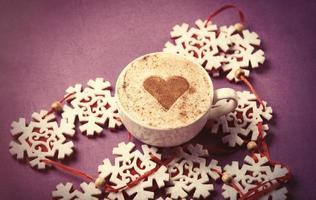 tasse de café en forme de coeur et flocons de neige