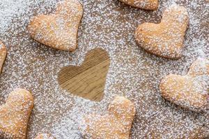 Poweder de biscuits en forme de coeur avec du sucre, une silhouette photo