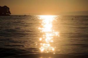 coucher de soleil sur la plage de l'île de thassos photo