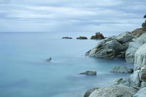 beau bord de mer rocheux photo