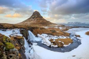 beauté de la montagne kirkjufell avec des chutes d'eau photo