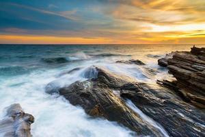 la vague a frappé le rocher photo