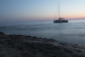yacht en mer après le coucher du soleil