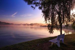 matin sur le lac tropical