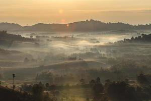lever du soleil du matin brumeux