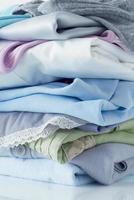 des piles de vêtements photo