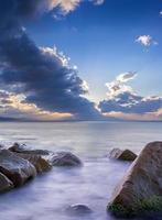 pierre dans l'eau photo