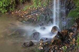 eau tombant sur des pierres photo