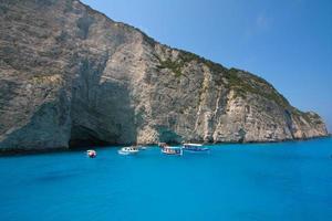 Navagio Bay - bateaux sur l'eau bleue