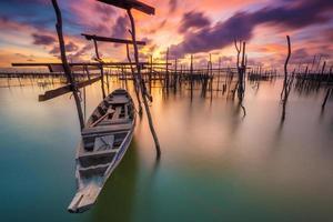 les bateaux de pêche garés sur l'eau. photo