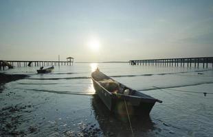 bateau de pêcheur laissé seul avant le coucher du soleil
