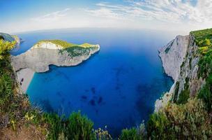 vue sur la baie et la mer depuis les rochers photo