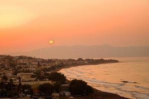 coucher de soleil sur une belle plage en grèce