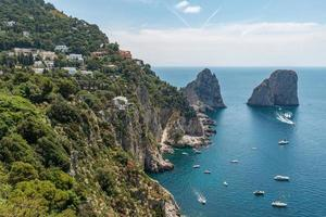 au-dessus de l'île de capri et des bateaux faraglioni - amalfi, italie photo