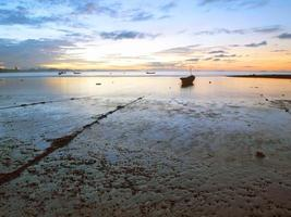 bateau de pêche en mer au lever du soleil