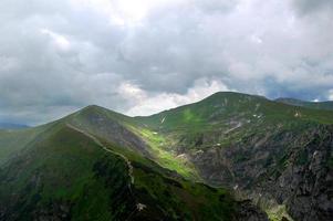 la vallée de montagne pittoresque et mystérieuse photo