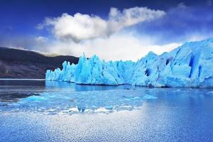 le glacier gris se déplace sur l'eau