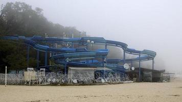 toboggan dans le brouillard d'automne