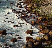 crique de pierre avec de gros rochers sur la mer