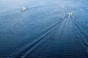 les bateaux flottant dans les eaux du Dniepr bleu photo