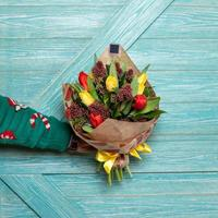 homme tenant un beau bouquet de fleurs