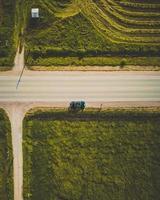 vue à vol d'oiseau de la voiture sur la route