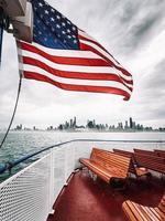 nous agitant le drapeau sur un bateau
