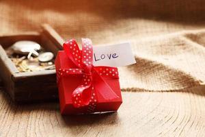 boîte-cadeau rouge liée ruban rouge, photo