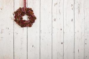 guirlande de noël sur mur en bois
