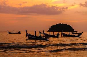 beauté de la scène du lever du soleil sur la plage