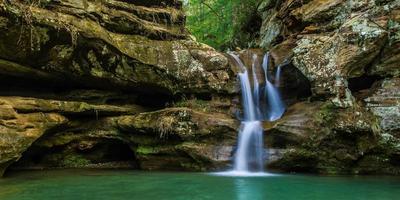 fond de cascade de collines sereines photo