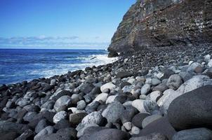la palma, îles canaries, pierres noires sur la plage photo