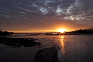 Lever du soleil au-dessus de la rivière Platte, Nebraska photo