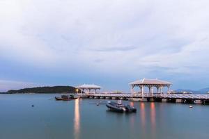 pavillon en bois au bord de l'eau, sur l'île de koh si chang.