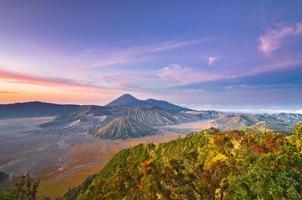 Volcan Bromo au lever du soleil, parc national de Tengger Semeru, à l'est de Java