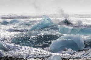 le surf brise la glace bleue photo