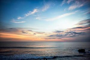 côte de la mer au coucher du soleil photo