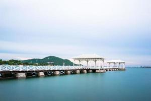 pavillon en bois au bord de l'eau, sur l'île de koh si chang. photo