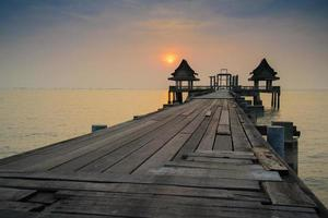 pont boisé dans le port et coucher de soleil