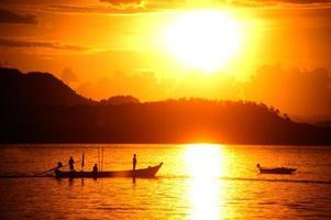 coucher de soleil vue panoramique du bateau de pêche traditionnel à longue queue.