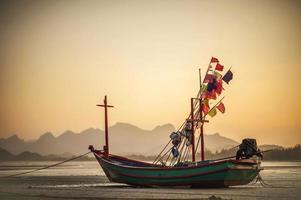 bateau à longue queue sur la plage. photo