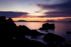 silhouettes de roche et coucher de soleil vif photo