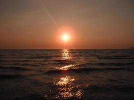 beau coucher de soleil à la mer