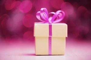 boîte cadeau blanche sur des lumières défocalisées abstraites photo
