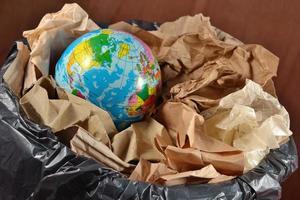 globe dans la poubelle photo
