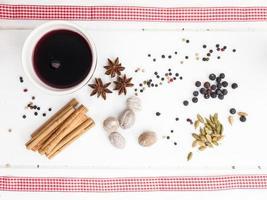 vin chaud et épices de Noël avec ruban rouge