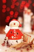 décoration de noël, bonhommes de neige habillés en père noël et lumière rouge photo