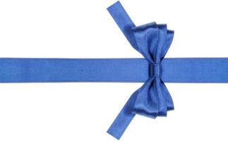 noeud bleu symétrique avec extrémités coupées carrées sur ruban photo