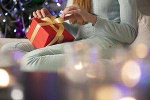 femme ouvrant le cadeau photo