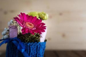 petit bouquet dans un vase tricoté photo
